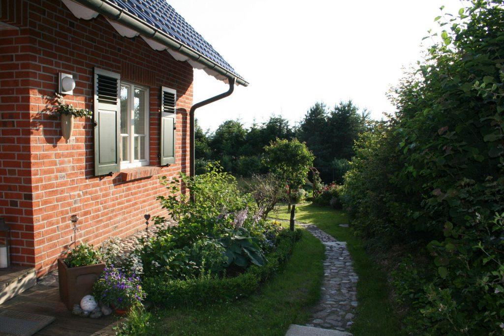 Weg zur Fewo in den Garten